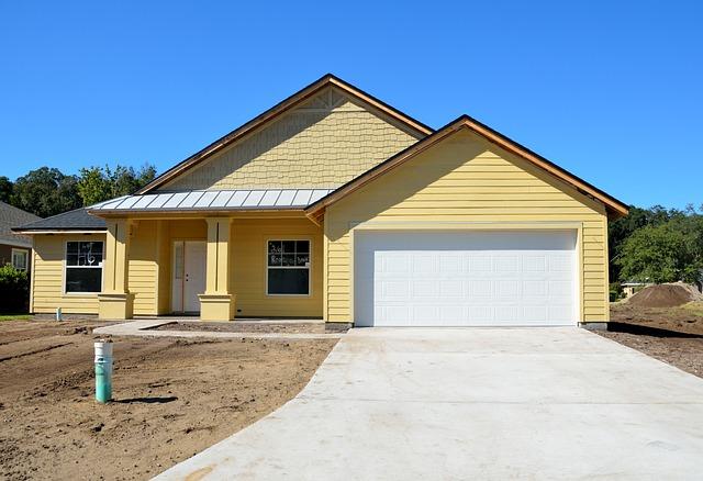žlutý domek, bílá garáž, cesta