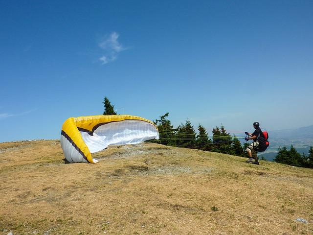 muž a paragliding