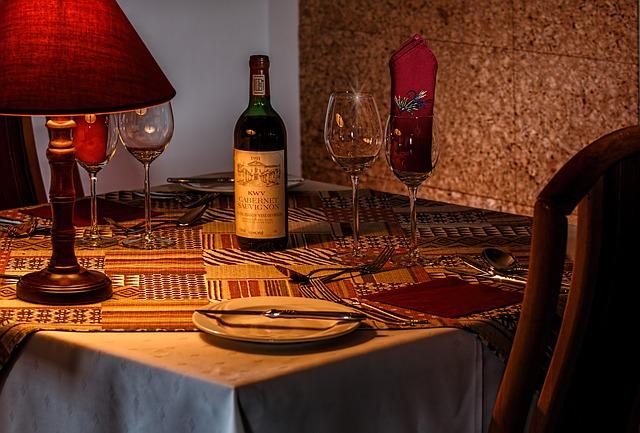 jídelní stůl s lampičkou.jpg