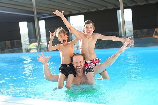 otec a synové ve vodě