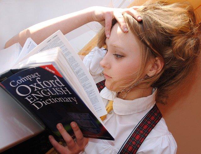 studentka se slovníkem