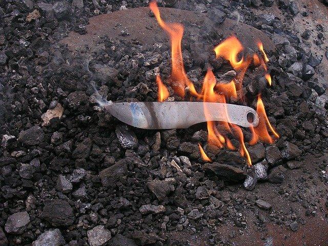 nůž v ohni