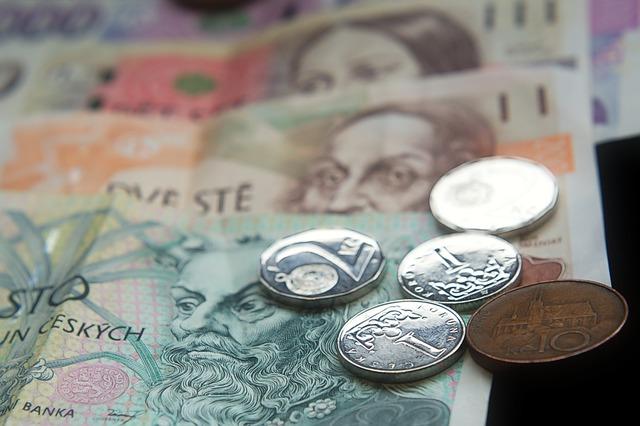 pět mincí na bankovkách