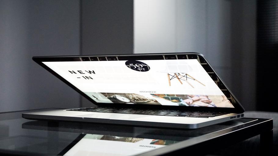 přivřený notebook.jpg
